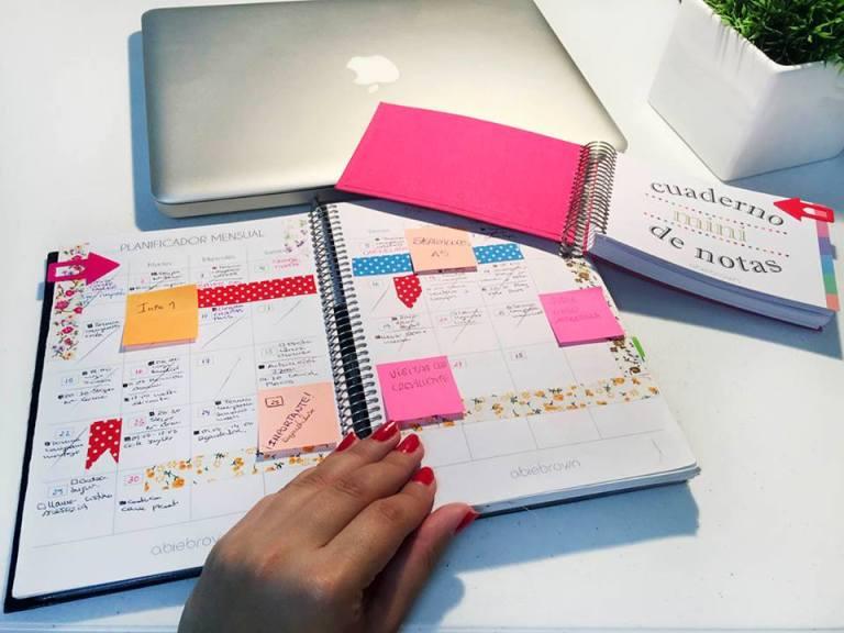 Puedes marcar los días importantes, las entregas, las exposiciones y los exámenes con Postits. De esta forma resaltarán más en el planificador del mes y podrás ver de un solo vistazo cuánto tiempo te queda para la fecha.